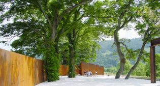 A piedi nudi nel parco Potemkin in Giappone