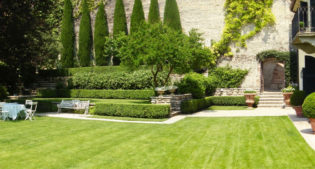 A timeless garden in a private villa in Verona