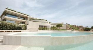 Linee pure, natura e un panorama spettacolare per questa villa in Sardegna