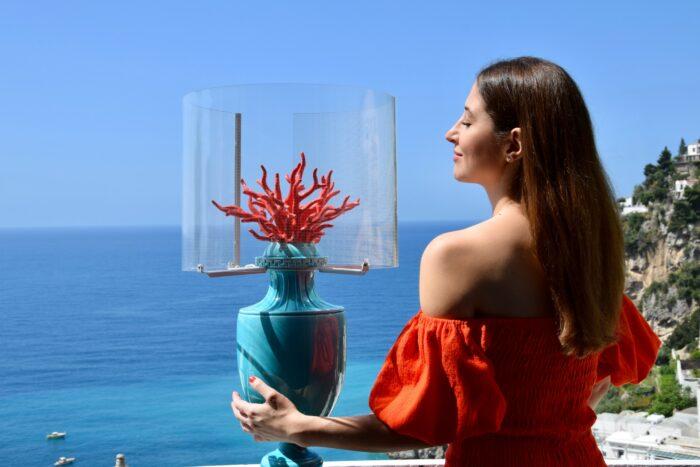 Camilla Bellini a Positano con lampada Coralli turchese di Les First